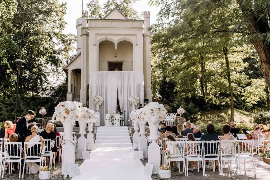 Plenerowy ślub kościelny w Pałacu Romantycznym 001 romantycznylavinci 4