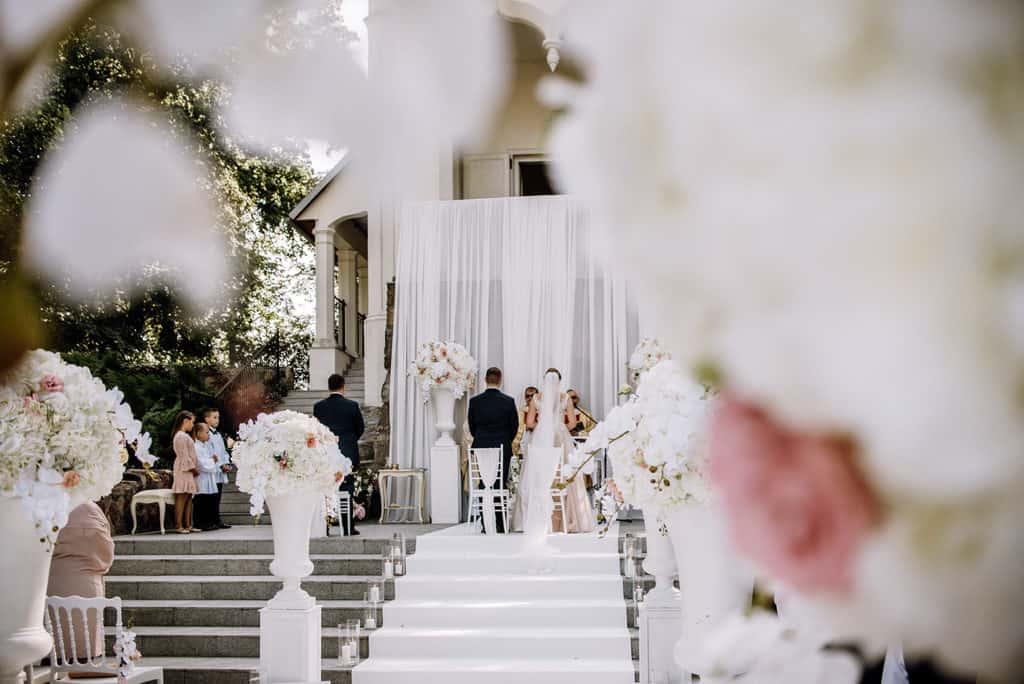 Plenerowy ślub kościelny w Pałacu Romantycznym 008 romantycznylavinci 11