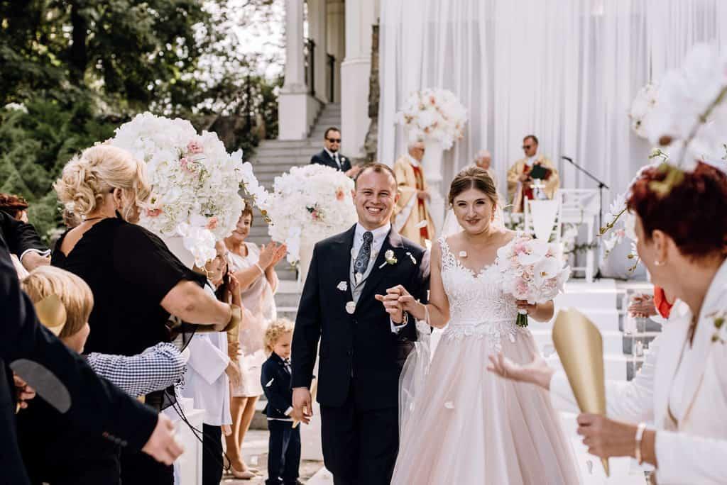 Plenerowy ślub kościelny w Pałacu Romantycznym 009 romantycznylavinci 12